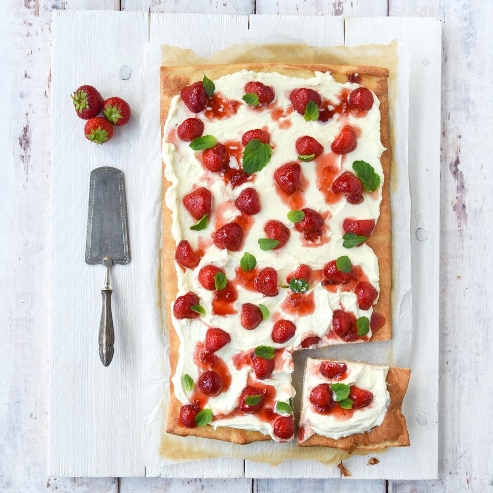 Zoete pizza met mascarpone en aardbeien