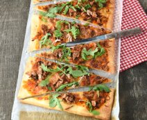 Pulled pork pizza met mozzarella