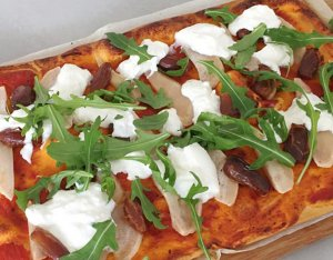 Recept: Speltpizza met burrata, peer en dadels