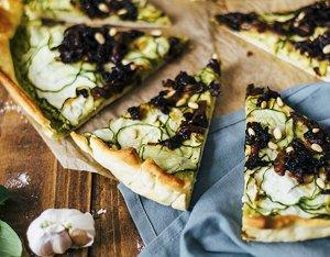 Recept: Vegan pizza met pesto en courgette