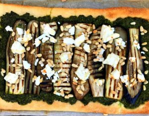 Recept: Pizza met boerenkoolpesto, aubergine en geitenkaas