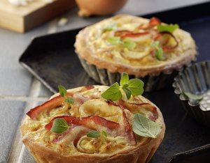 Recept: Pizzataartjes met spek en ui