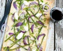 Plaattaart met groene asperges