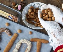 Chocolade-kruidnotenletters van vers kruidnotendeeg