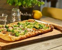 Vegan pizza met broccoli en shiitake
