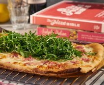 Recept: Pizza met roomsaus, bacon en mozzarella