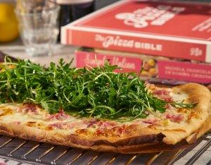 Recept: Pizza met roomsaus, bacon en mozzarella