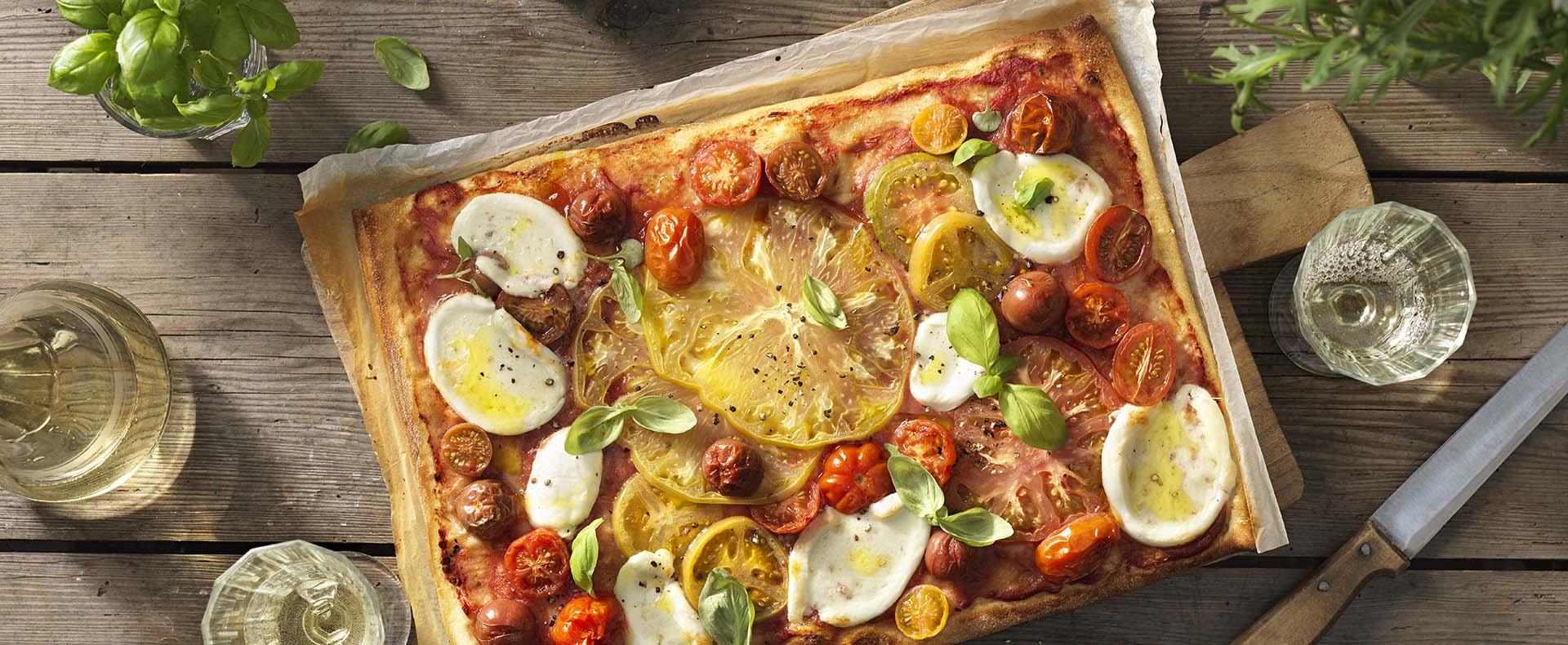 Pizza met bonte tomaten