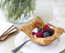 Recept: Bladerdeegbakjes met zure room en rood fruit