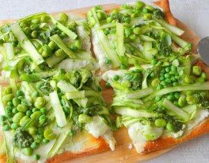 Recept: Groentepizza met asperges, tuinbonen, doperwten en pesto