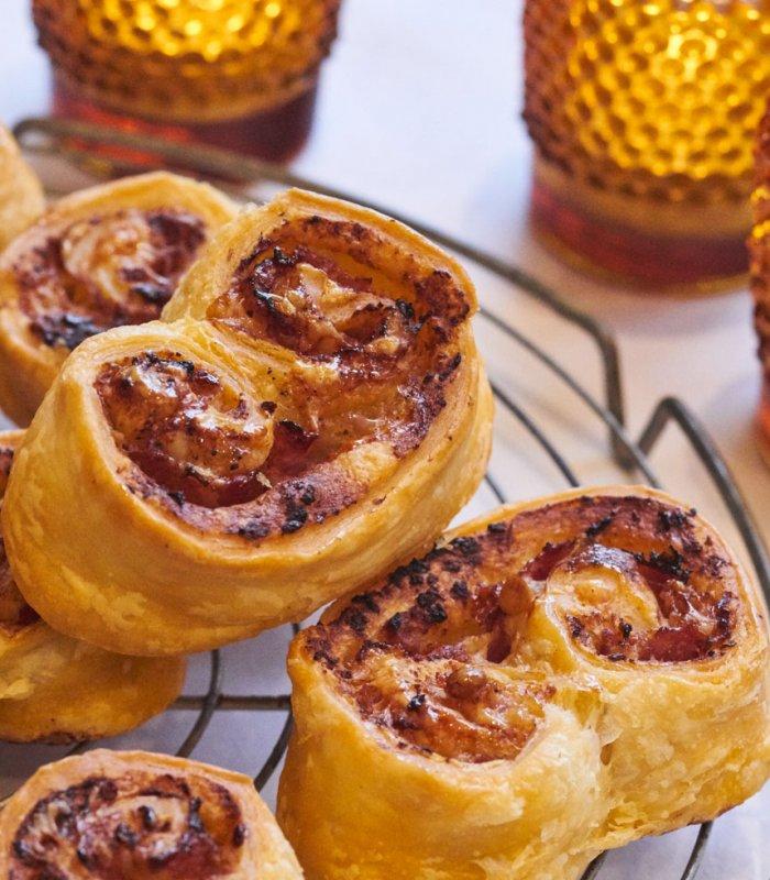 Recept: Kaasvlinders met rode pesto gemaakt met vers bladerdeeg op rol - Tante Fanny