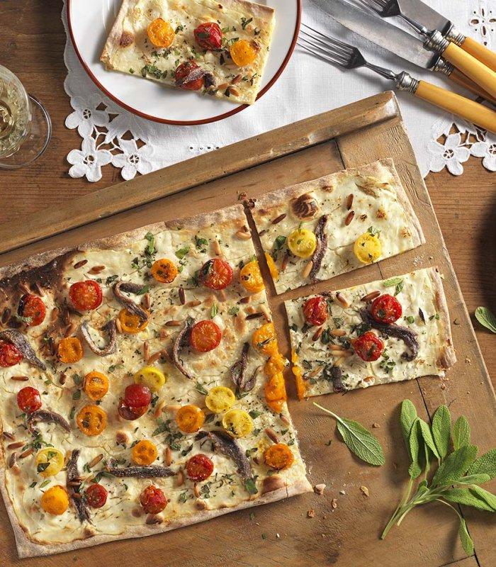 Flammkuchen met bonte tomaten en ansjovis - Tante Fanny