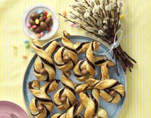 Paashaasjes van bladerdeeg met pasta