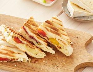 Flammkuchen tosti met salami en brie