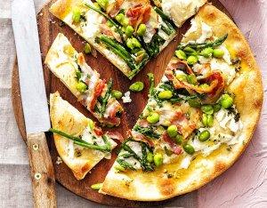 Recept: rustieke pizza met tuinbonen en pancetta